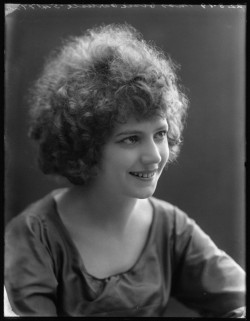 Elsie Carlisle at the Bassano Studios (August 22, 1919) - NPG x103150