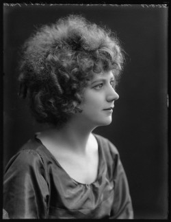 Elsie Carlisle at the Bassano Studios (August 22, 1919) - NPG x103152